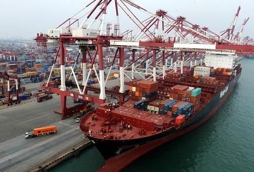 气势磅礴的青岛港 网络图片